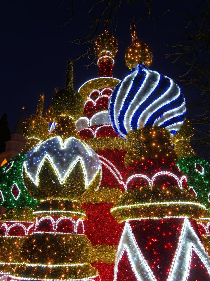 Bâtiment coloré allumé par nuit à Noël image stock