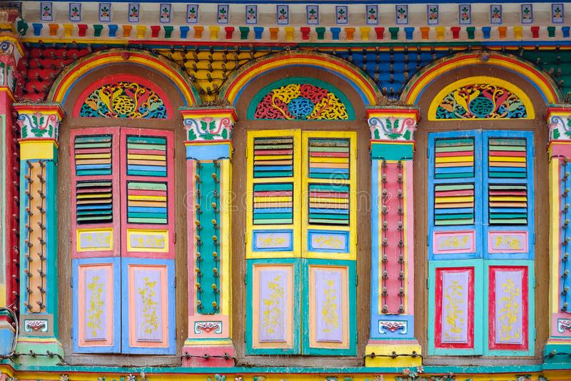 Bâtiment coloré d'architecture de façade, couleur vibrante des fenêtres en bois dans peu de secteur de l'Inde, point de repère et photos libres de droits