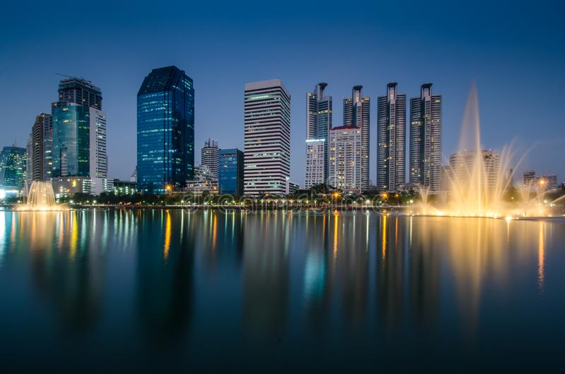Bâtiment commercial au crépuscule de Bangkok images stock