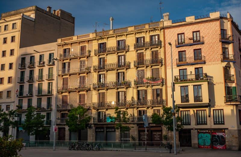 Bâtiment commun à Barcelone pendant le lever de soleil image stock
