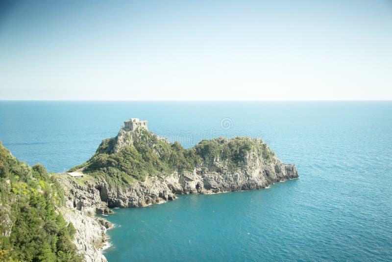 Bâtiment construit sur terre allant vers la mer photos libres de droits