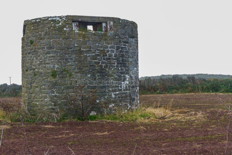 Bâtiment défendu par WWII qui est ancien moulin à vent photos libres de droits