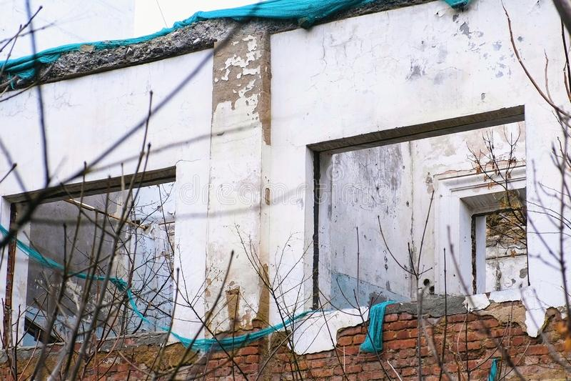 Bâtiment détruit, logement dans le délabrement, démolition de la maison images libres de droits