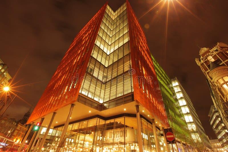 Bâtiment d'affaires de Londres la nuit photos libres de droits
