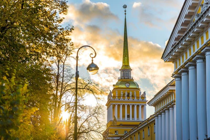 Bâtiment d'Amirauté de St Petersbourg au coucher du soleil images libres de droits