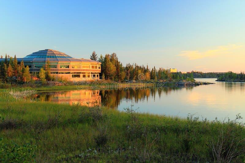 Bâtiment d'Assemblée de Territoires du nord-ouest sur le lac frame dans la soirée Sun, Yellowknife, NWT image libre de droits
