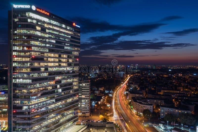 Bâtiment d'entreprise la nuit, Bucarest, Roumanie photos libres de droits