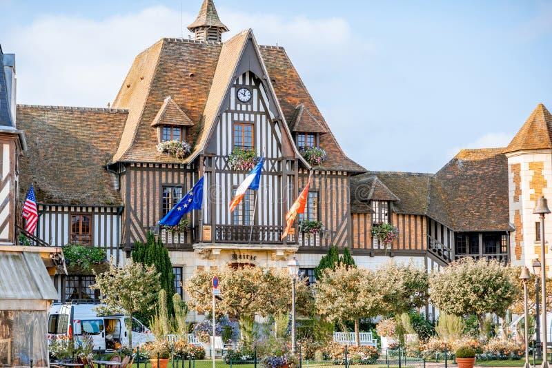 Bâtiment d'hôtel de ville à Deauville, France images libres de droits