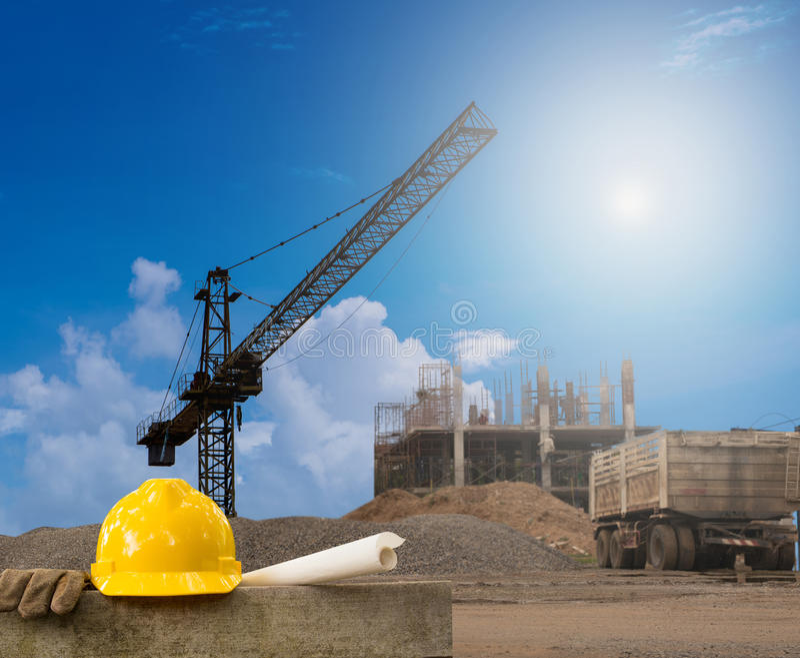 Bâtiment d'industrie du bâtiment sur l'éminence avec le casque jaune photos libres de droits