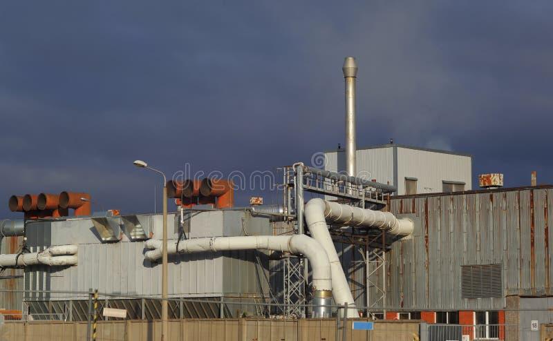 Bâtiment d'usine avec les tuyaux et le système de filtration d'air images libres de droits