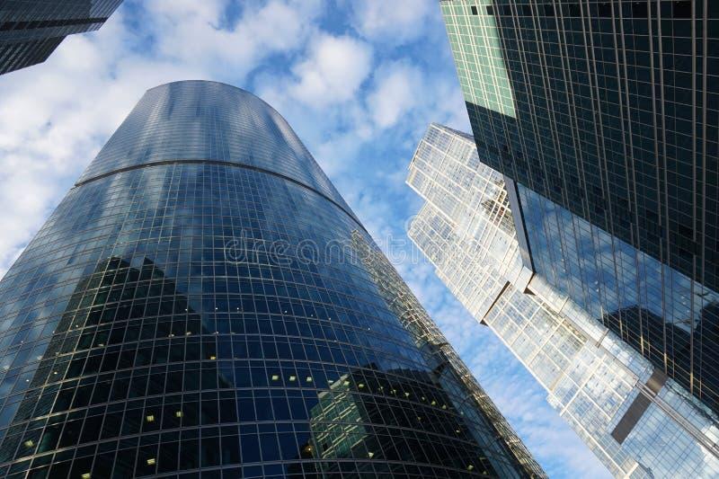 Bâtiment dans la ville de Moscou se refléter Expocenter photos libres de droits