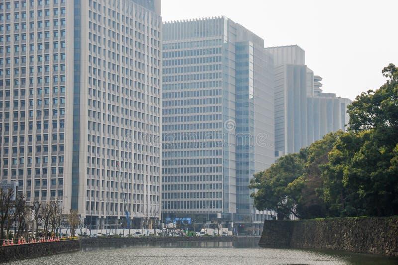 Bâtiment dans le côté de secteur d'activité du chanel pendant le jour nuageux Tokyo image stock