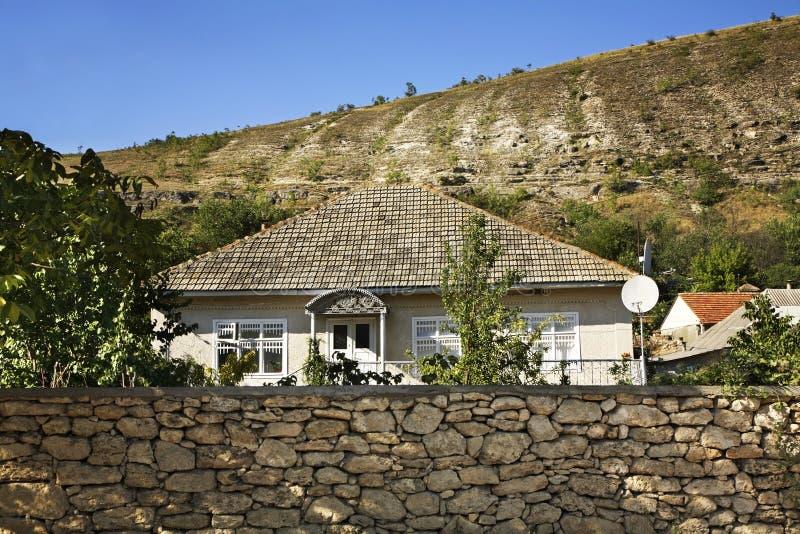 Bâtiment dans le village de Trebujeni moldau photos stock