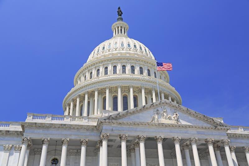 Bâtiment de capitol national avec le drapeau des USA dans le Washington DC images libres de droits