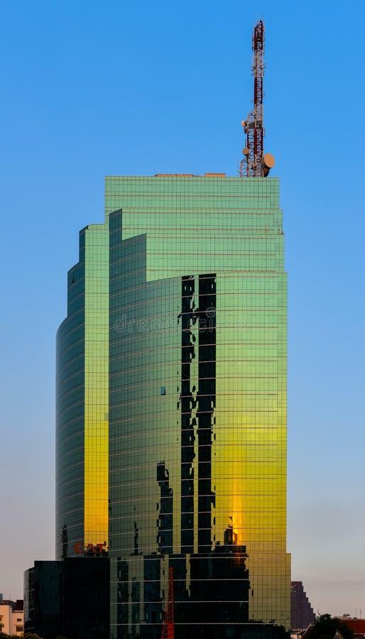 Bâtiment de CAT Telecom avec la réflexion de coucher du soleil sur les façades en verre photos libres de droits
