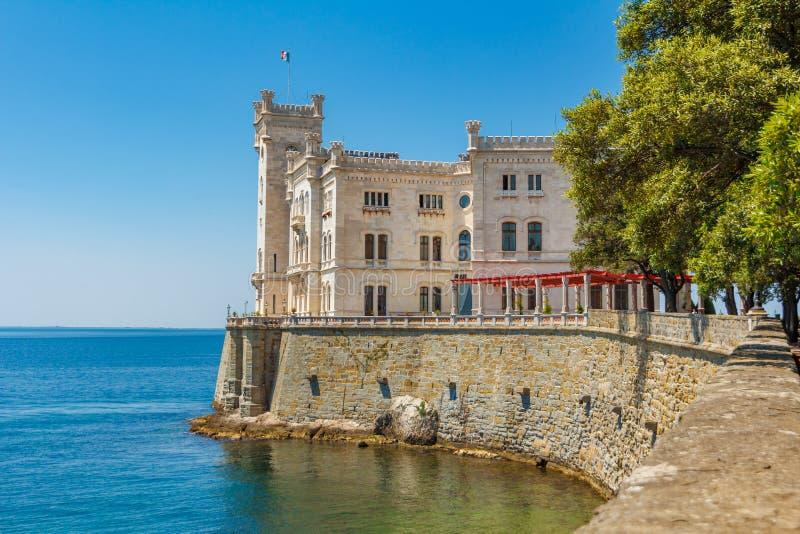 Bâtiment de château de Miramare au-dessus de Mer Adriatique La vue du beau château de Miramare situé près de la mer Mer de trois  image libre de droits