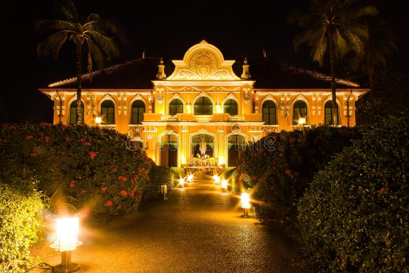Bâtiment de Chao Phya Abhaibhubejhr la nuit photo stock