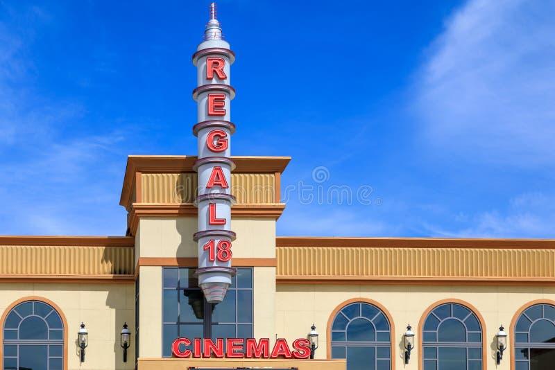 Bâtiment de cinéma au village de Bridgeport, centre commercial dans la ville de Tigard, Orégon photographie stock