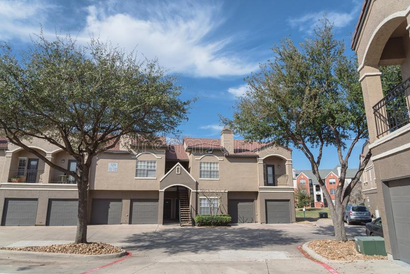 Bâtiment de complexe d'appartements dans le secteur suburbain à Irving, le Texas, USA image libre de droits