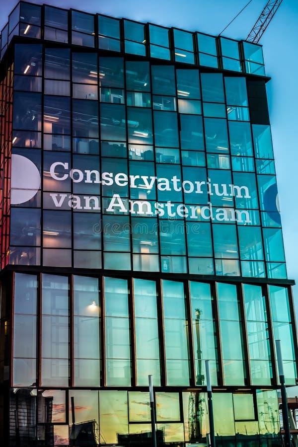 Bâtiment de Conservatorum dans le lever de soleil se reflétant d'Amsterdam photos libres de droits