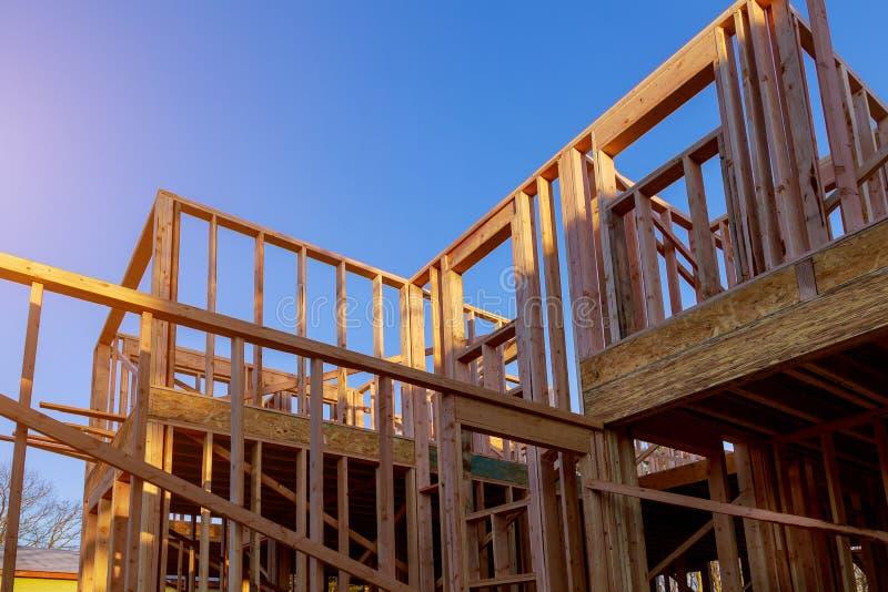 Bâtiment de construction extérieure de faisceau en bois de nouvelle construction à la maison photo libre de droits