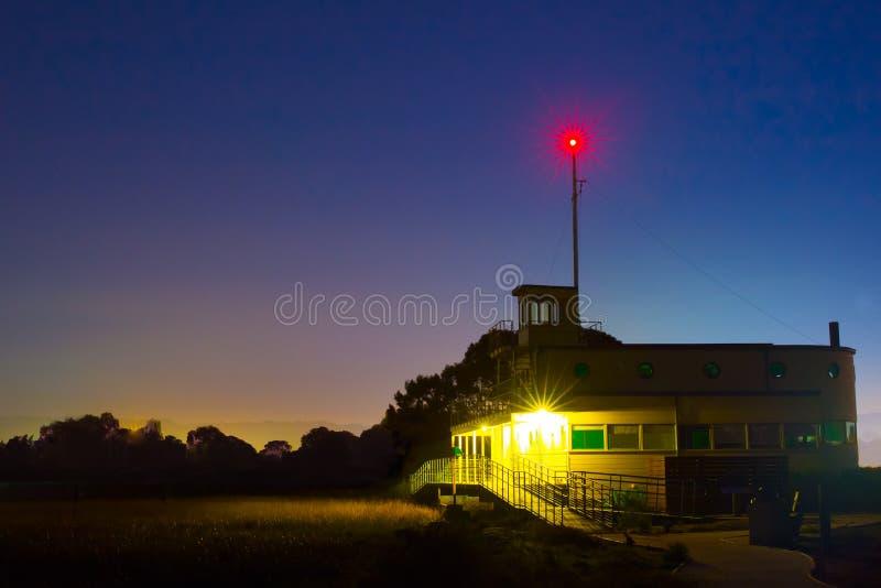 Bâtiment de coucher du soleil et lumière lumineuse image stock