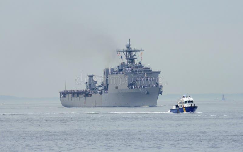Bâtiment de débarquement de dock d'USS Oak Hill de la marine d'Etats-Unis pendant le défilé des bateaux à la semaine 2014 de flot photos stock