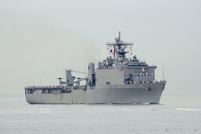 Bâtiment de débarquement de dock d'USS Oak Hill de la marine d'Etats-Unis pendant le défilé des bateaux à la semaine 2014 de flot images stock