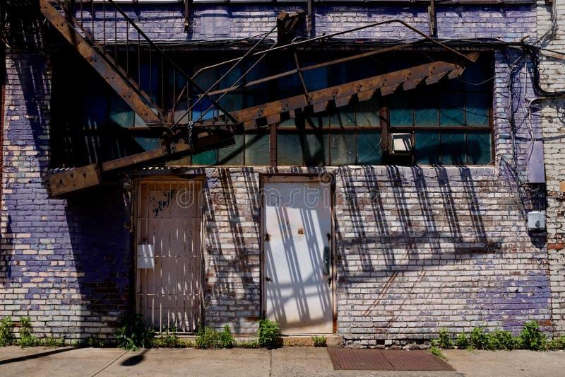 Bâtiment de dégradation urbaine avec la sortie de secours photographie stock
