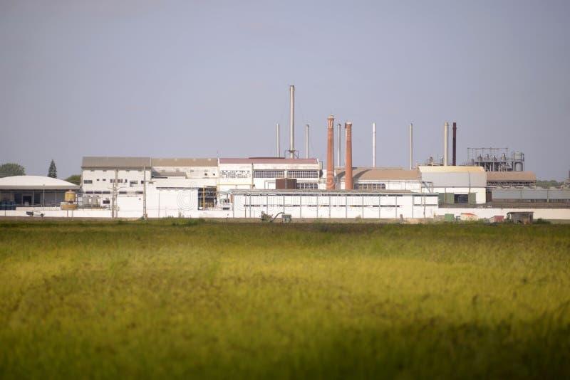Bâtiment de dépouillement d'usine de riz, agriculture, industries image stock