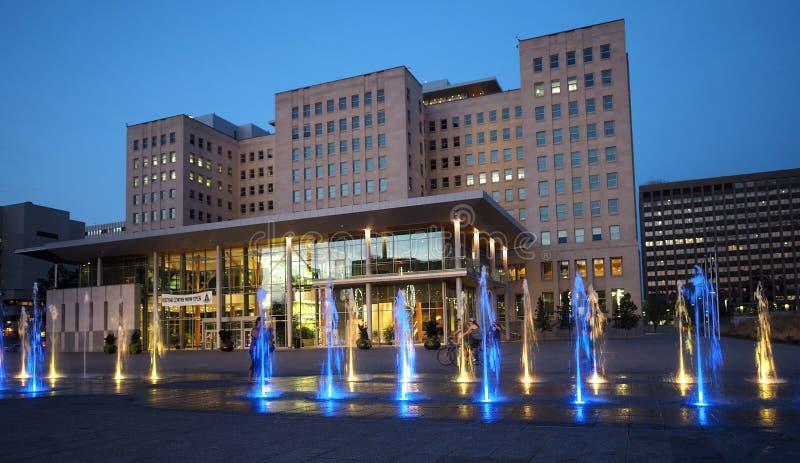 Bâtiment de gouvernement avec des fontaines aux raisons législatives Edmonton Alberta photographie stock libre de droits