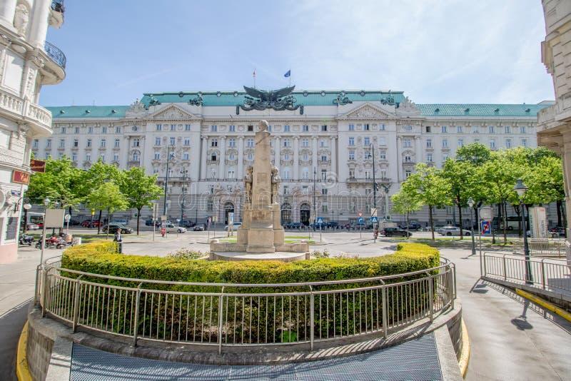 Bâtiment de gouvernement sur Georg-Coch Squar au printemps à Vienne, Autriche photo libre de droits