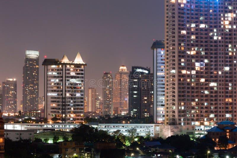 Bâtiment de local commercial d'architecture de nuit et complexe moderne image stock