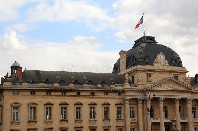 bâtiment de musée de Louvre avec le drapeau français à Paris images stock