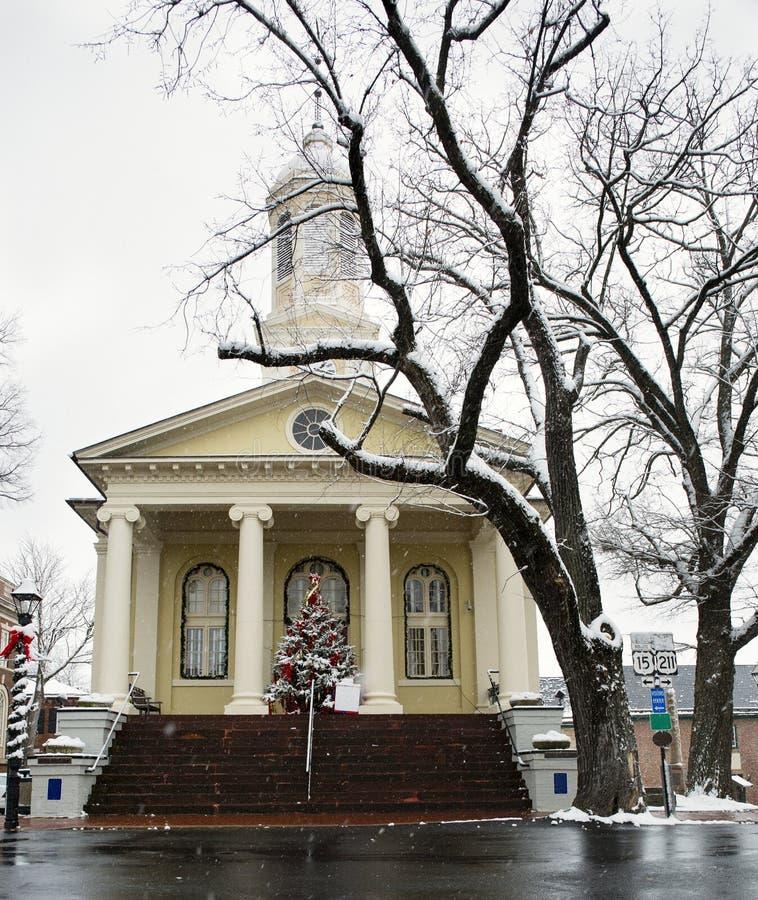 Bâtiment de palais de justice du comté de Fauquier dans Warrenton la Virginie à Noël image libre de droits