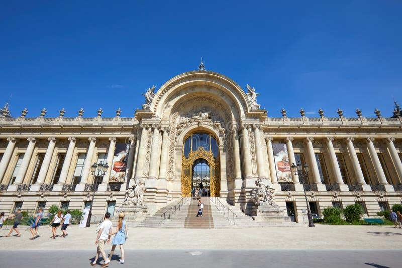 B?timent de Petit Palais, les gens et touristes passant dans un jour d'?t? ensoleill?, ciel bleu clair ? Paris images stock