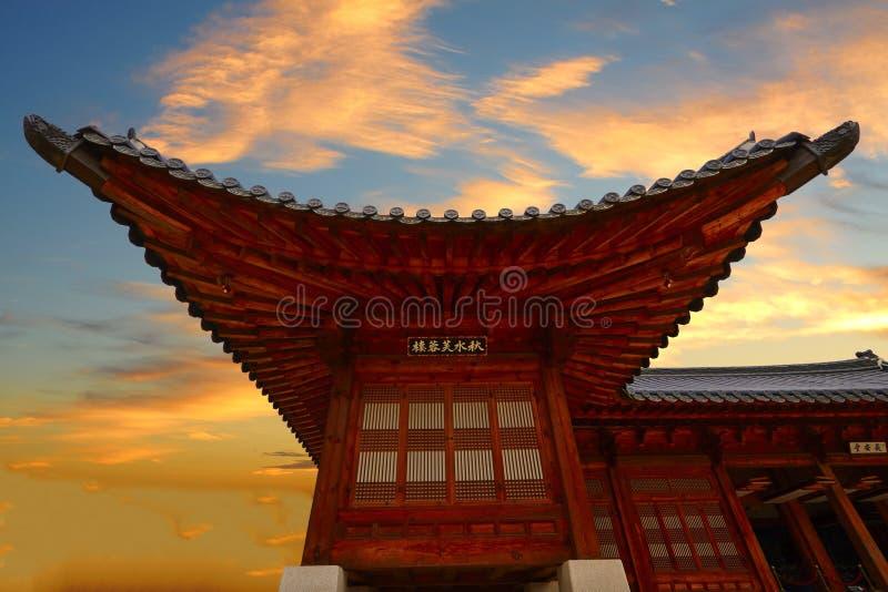 Bâtiment de Qiushuifurong dans le coucher du soleil magique, Séoul images stock