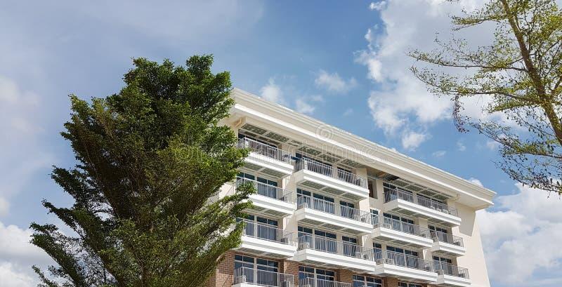 Bâtiment de résidence moderne blanc avec l'environnement de nature photo libre de droits