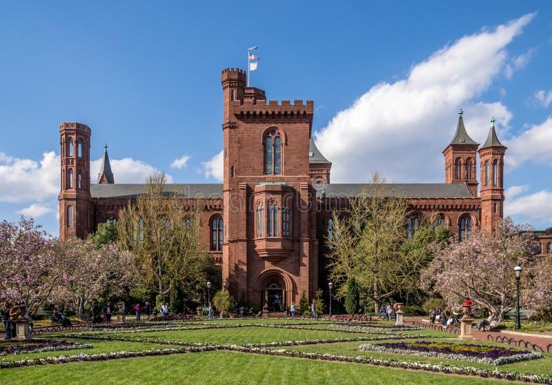 Bâtiment de Smithsonian Institution avec son jardin images libres de droits
