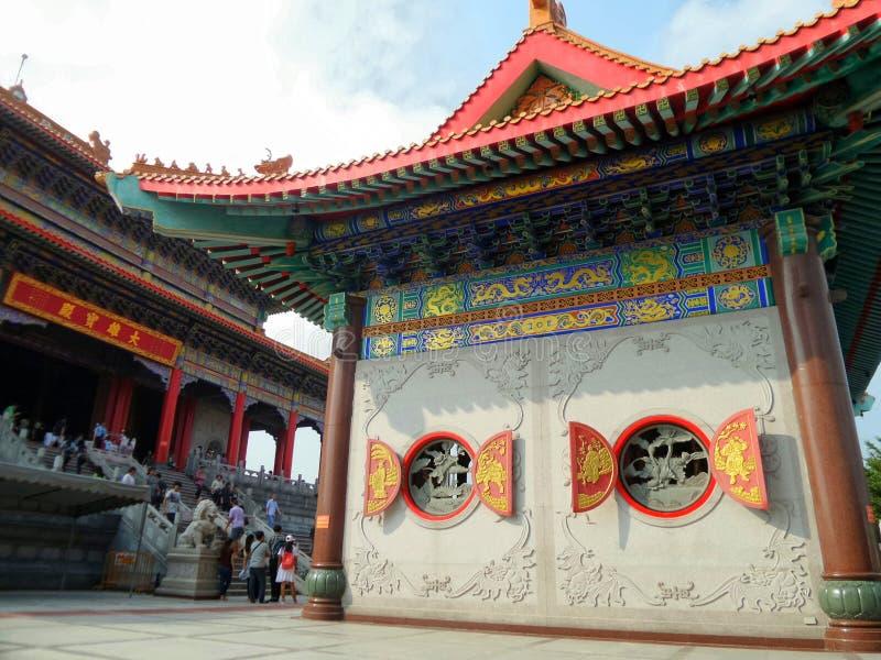Bâtiment de style chinois et fenêtre ronde en bois de rouge et d'or avec la sculpture chinoise indigène photographie stock libre de droits