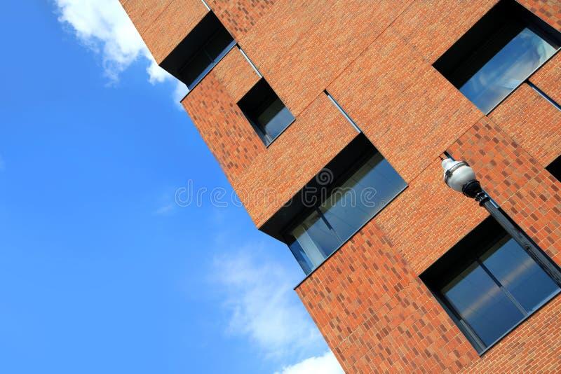Bâtiment de tour de brique contre le ciel bleu image libre de droits