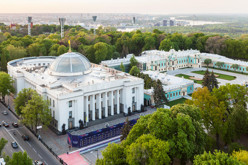 Bâtiment de Verkhovna Rada de vue et palais de Mariyinsky images libres de droits