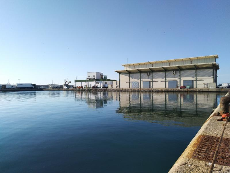 Bâtiment du marché de vente aux enchères de poissons au port de pêche de Garrucha images libres de droits