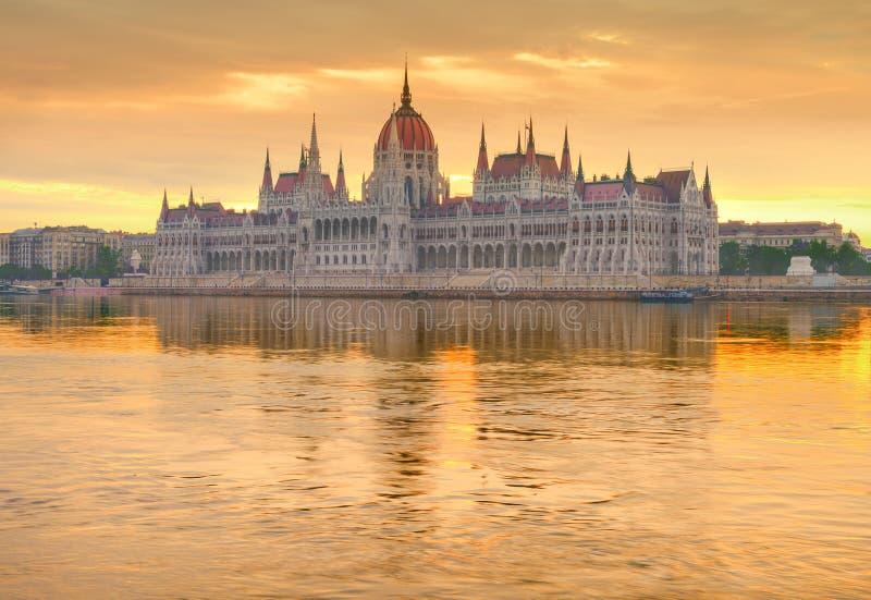 Bâtiment du Parlement à Budapest sur un lever de soleil d'or image libre de droits