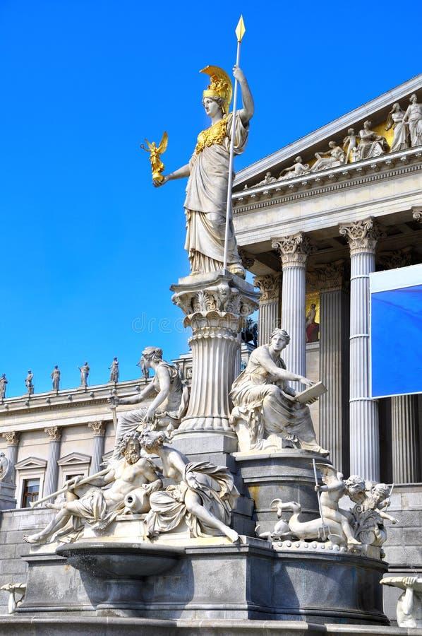 Bâtiment du Parlement avec la déesse grecque célèbre de Pallas Athena de la fontaine de sagesse Vienne, Autriche photographie stock libre de droits