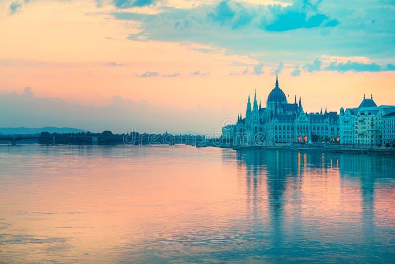 Bâtiment du Parlement dans le début de la matinée de Budapest photos stock