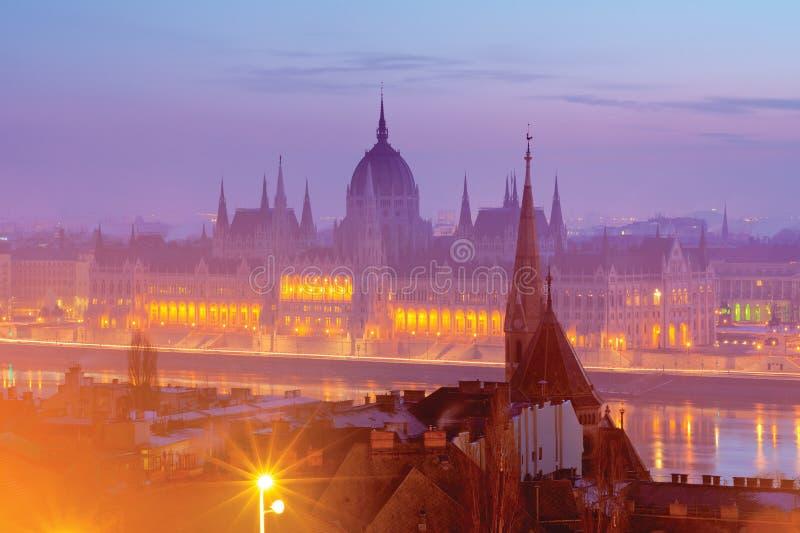 Bâtiment du Parlement de Budapest en brume rose photographie stock