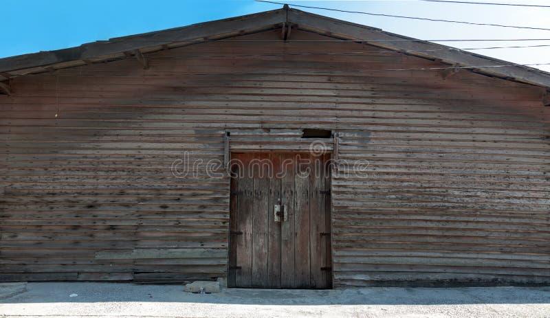 bâtiment en bois de cabine de cru près de l'extérieur d'oceanside photo stock