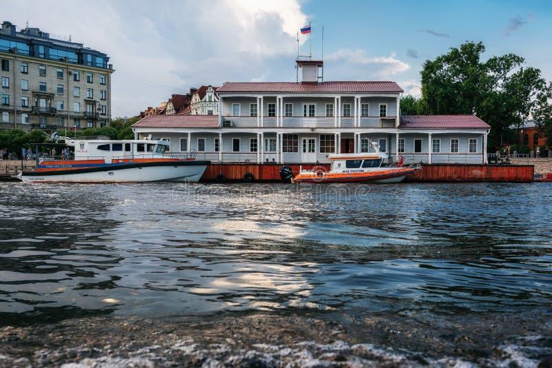 Bâtiment en bois du ministère de la situation d'urgence dans le St Petersbourg photographie stock libre de droits
