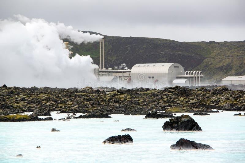 Bâtiment en dehors de la station thermale bleue géothermique célèbre de lagune en Islande image stock